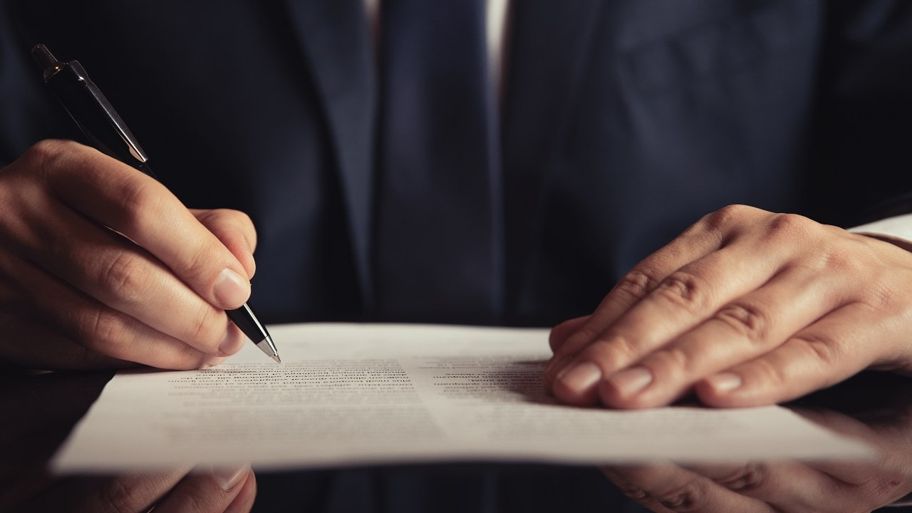 What to Expect When Hiring a Green Card Lawyer title